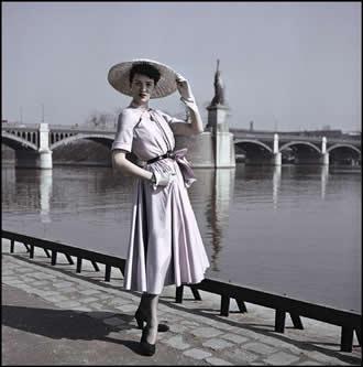 6bd208d0c0b8b Christian Dior annonce la fin du New Look en 1953, lance à la suite la  ligne H décrite par Carmel Snow comme « look plat », puis meurt quatre ans  plus tard.